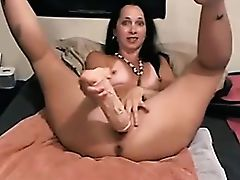 Mature babe puts a bat in her pussy and wiggles it